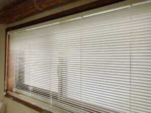 台所の明かり窓から差す西日…暑くて暑くて(汗)
